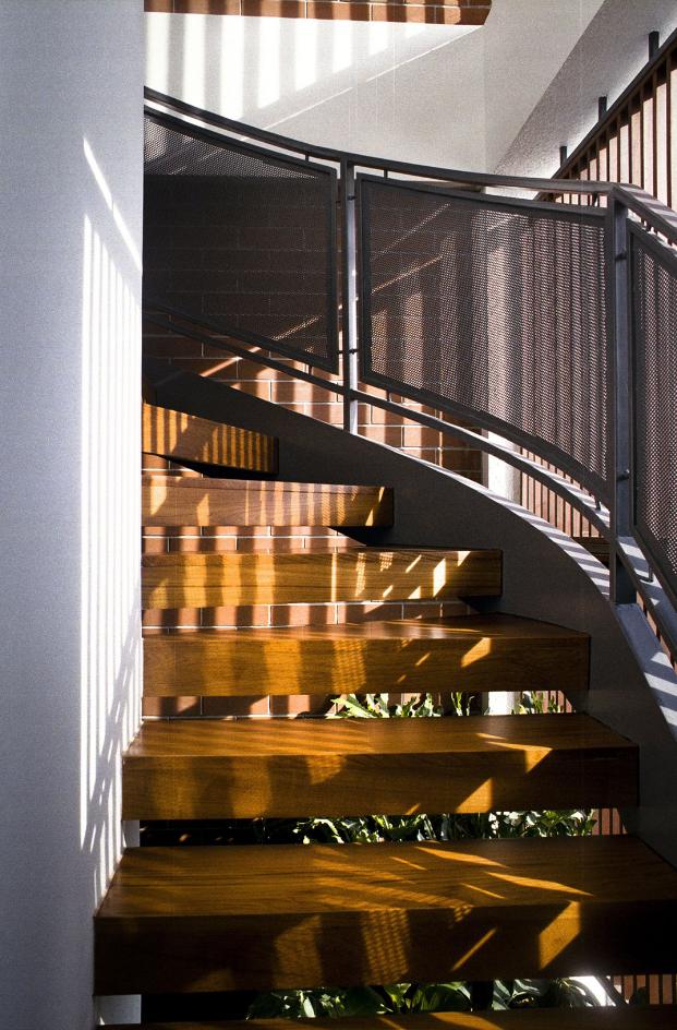 Hermosa escalera de acero y madera