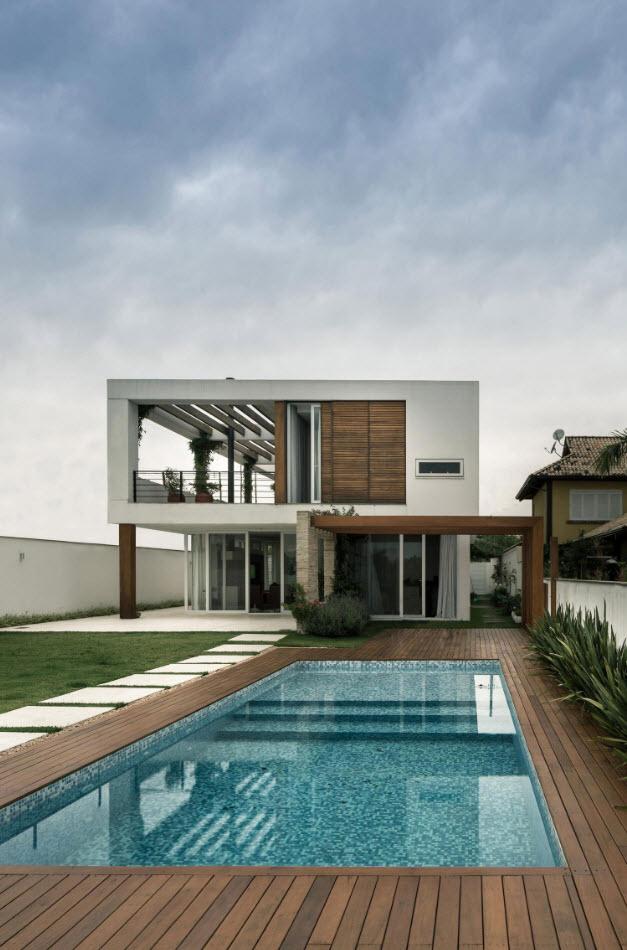 Hermosa fachada posterior de casa de dos pisos