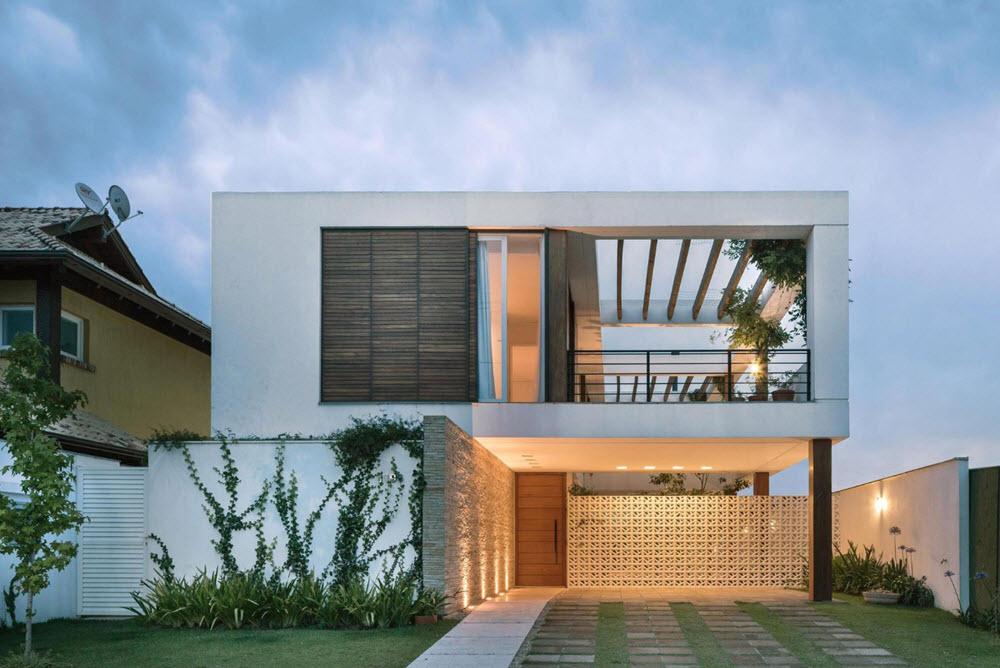 hermosa fachada principal con presencia de luz artificial