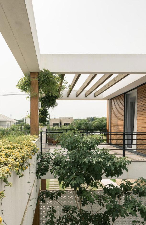 Hermosa terraza con vegetación y techos virtuales