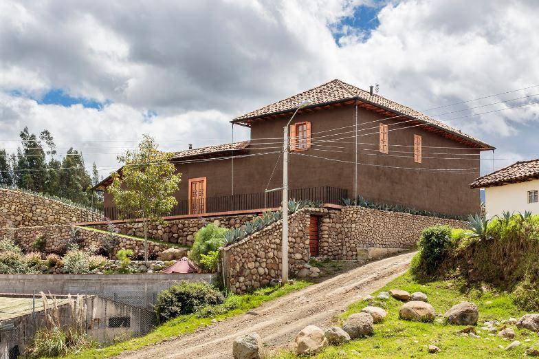 Casa dos pisos de campo construida con adobe