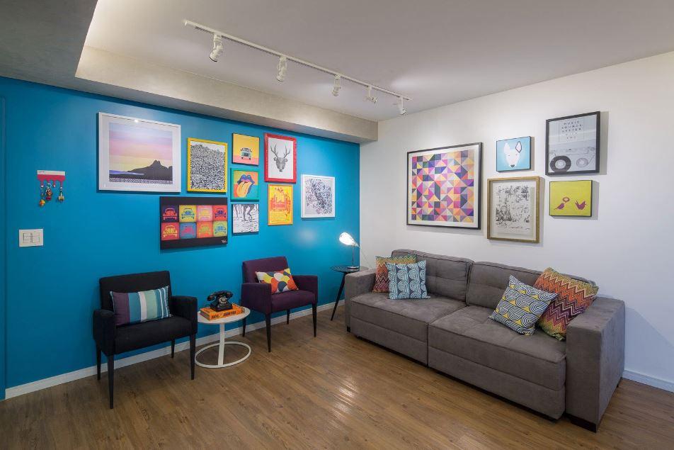 Decoración de sala sencilla con cuadros de arte