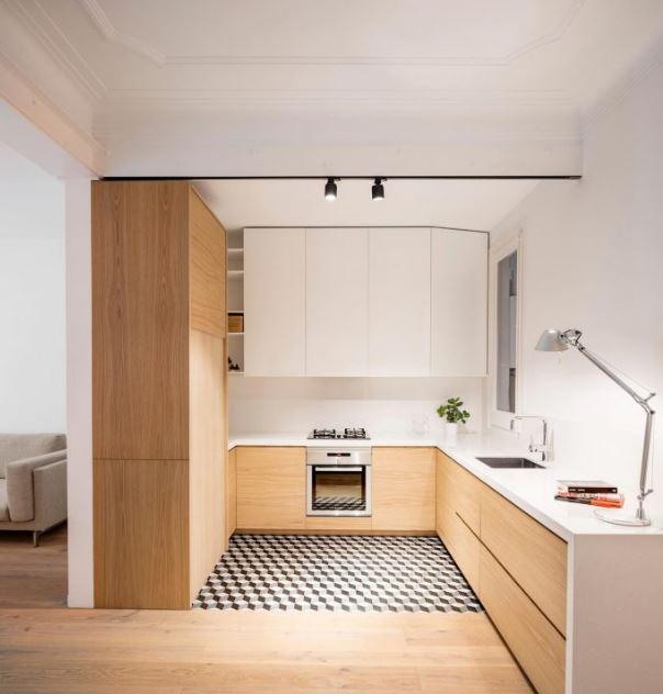 Diseño de moderna cocina con detalle de madera
