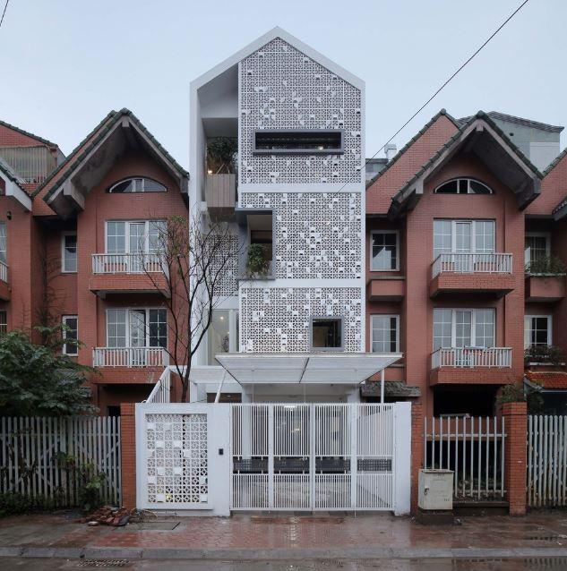 Fachada de la casa de cuatro pisos con celosías