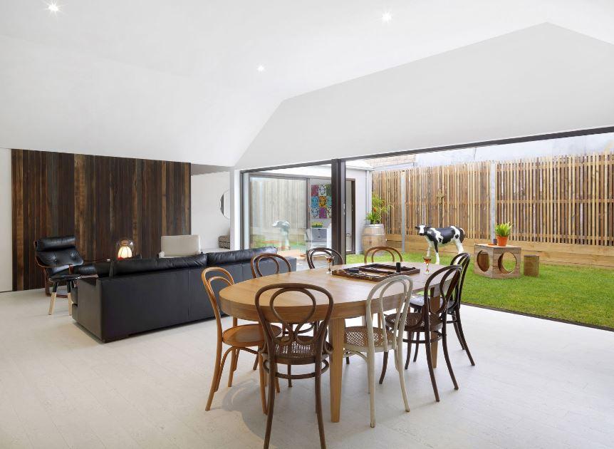 Moderna sala comedor con detalle de madera