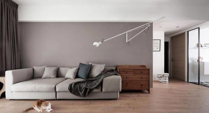 Moderna sala con piso de madera