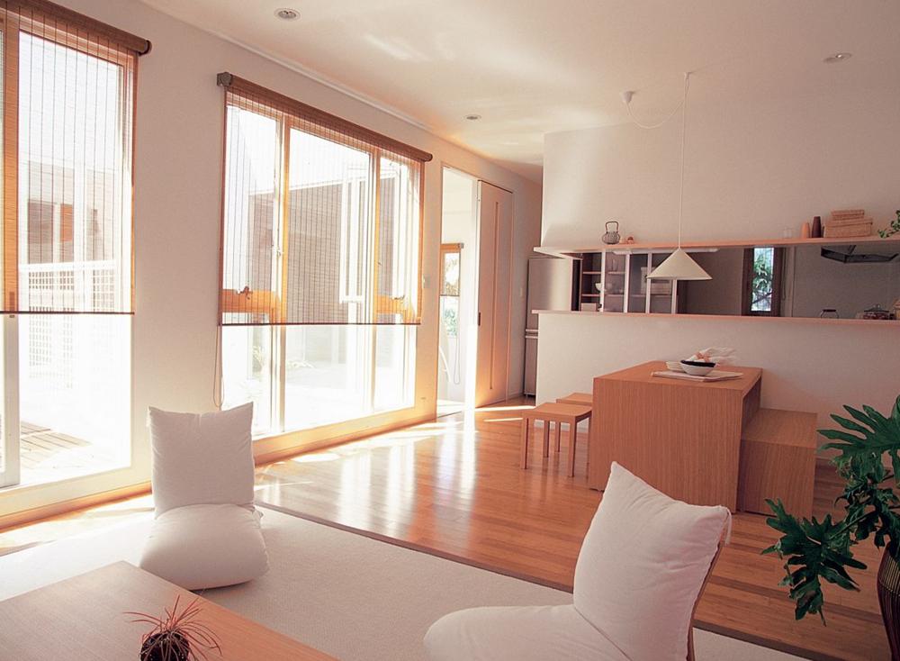 Moderno espacio social con detalle de madera