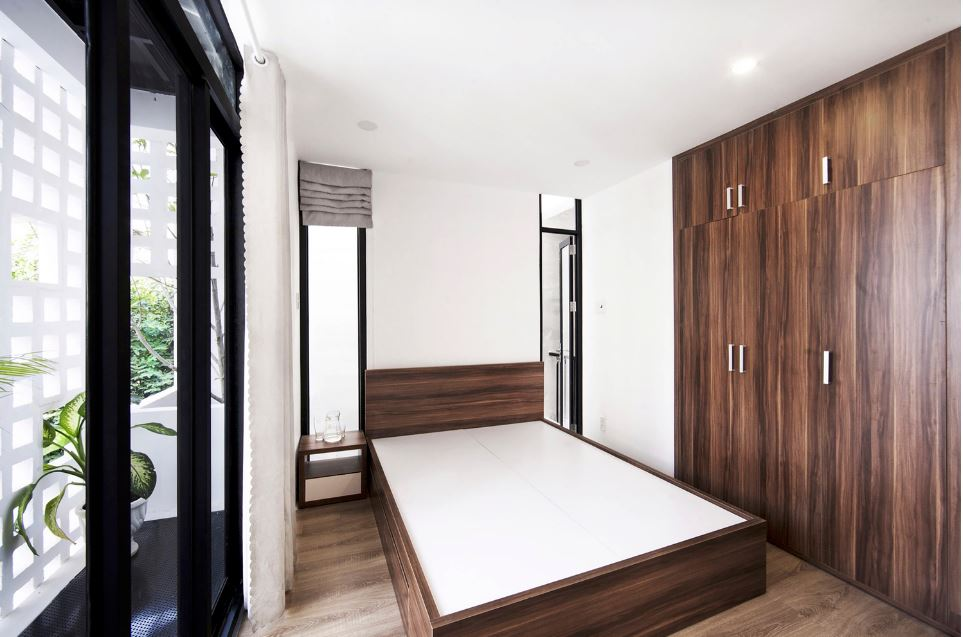 Dormitorio con detalle de madera