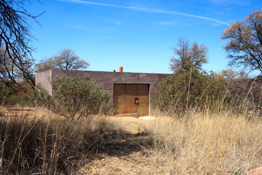 Pequeña casa de campo construida en concreto