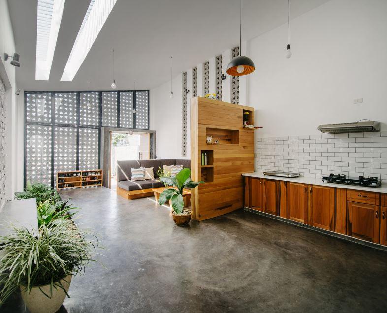 Pequeña cocina con aplicaciones de madera