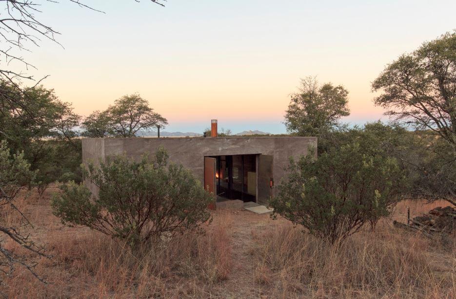 Casa rural pequeña construida con hormigón