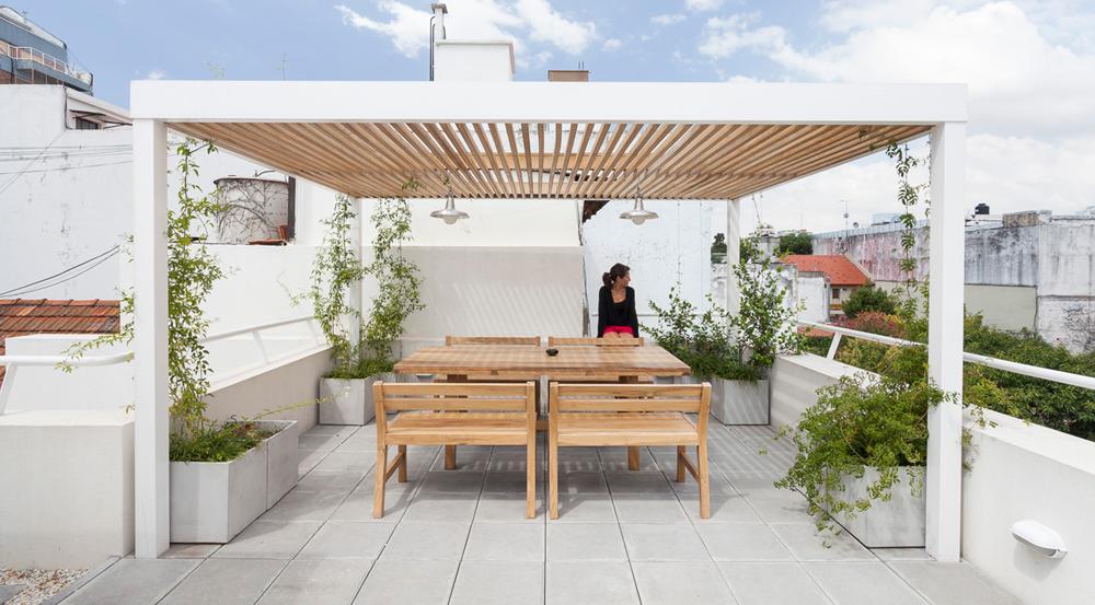 Amplia y moderna terraza con pérgola