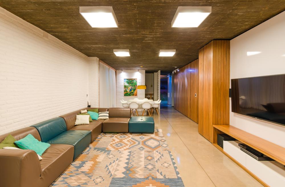 Diseño de sala con hormigón y ladrillos