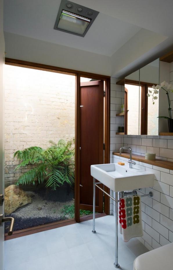 Cuarto de baño con vista al jardin