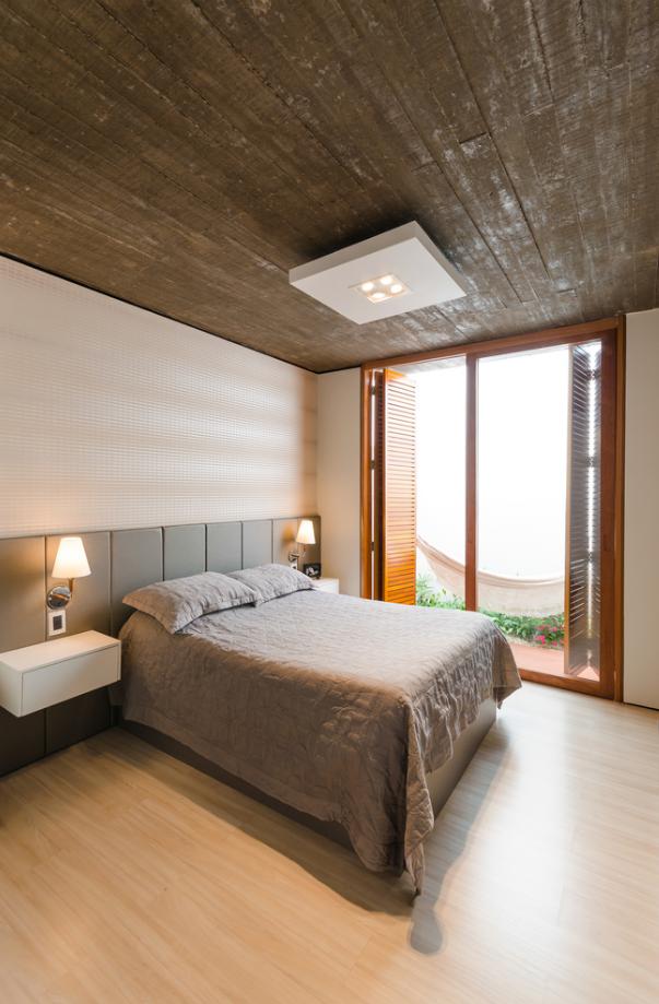 Amplio dormitorio con techo de concreto