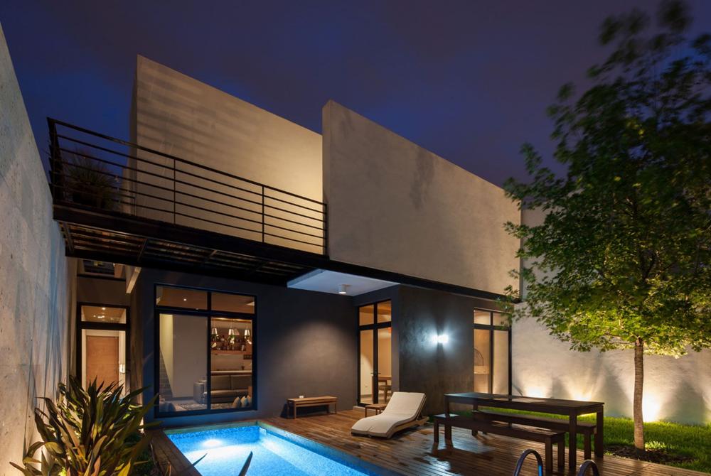 Casa de dos pisos de noche
