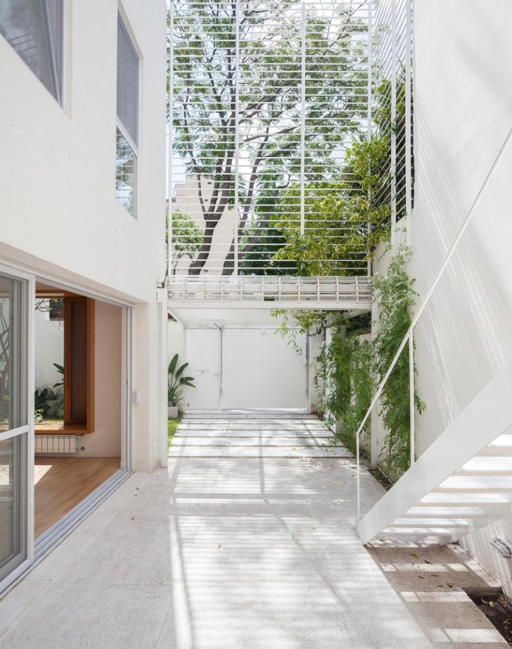 Casa de dos pisos con protección