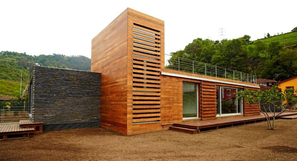 Moderna casa de dos pisos presenta dise o sustentable con for Casas de madera de dos pisos