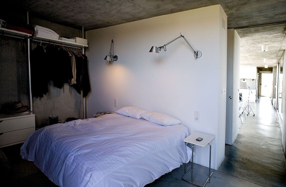 Diseño de dormitorio con muros de concreto