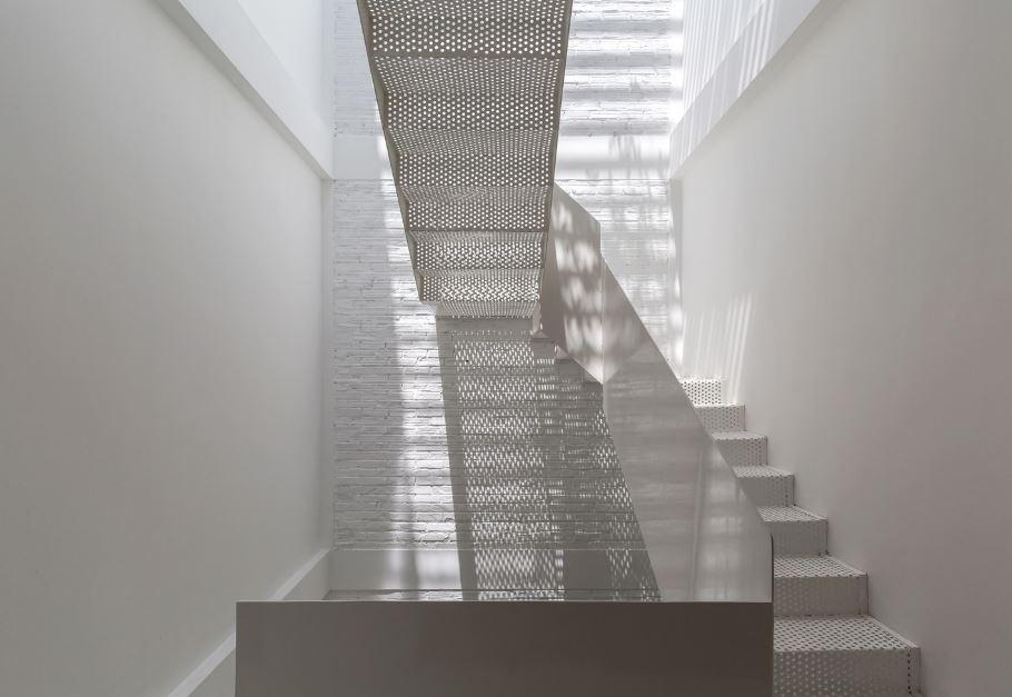 Diseño de escaleras metalicas permiten el ingreso de luz natural en el espacio