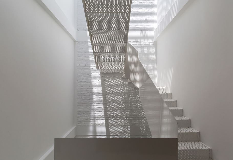 Dise o de casa construida en 30 metros cuadrados opci n for Escaleras con luz