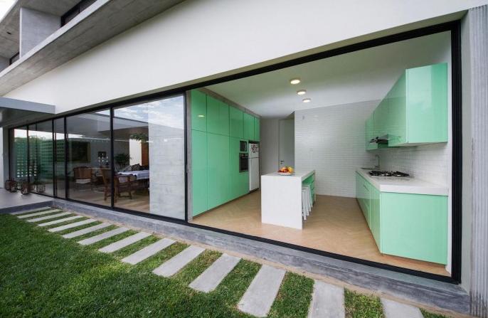 Moderna casa de dos pisos y cuatro dormitorios originales for Cocinas verdes modernas