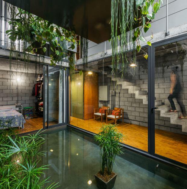 Interior con espejo de agua en casa de dos pisos