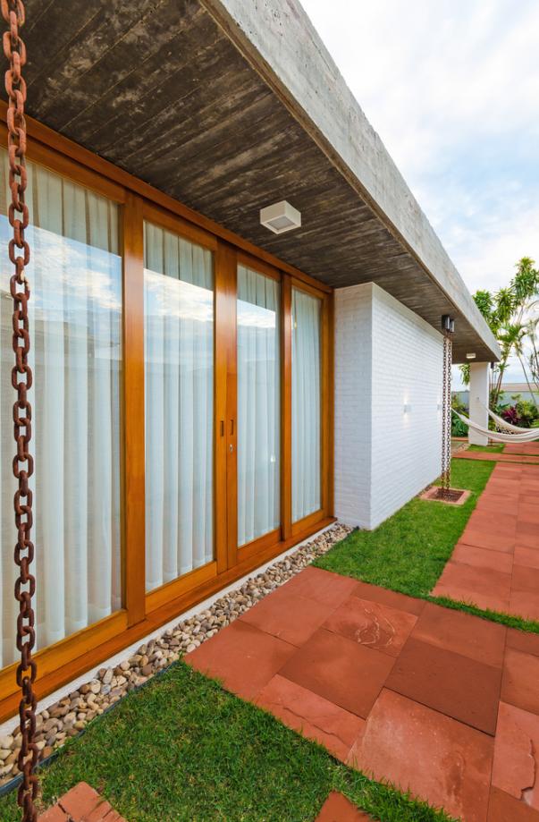 Fachada lateral de la hermosa casa con diversos materiales