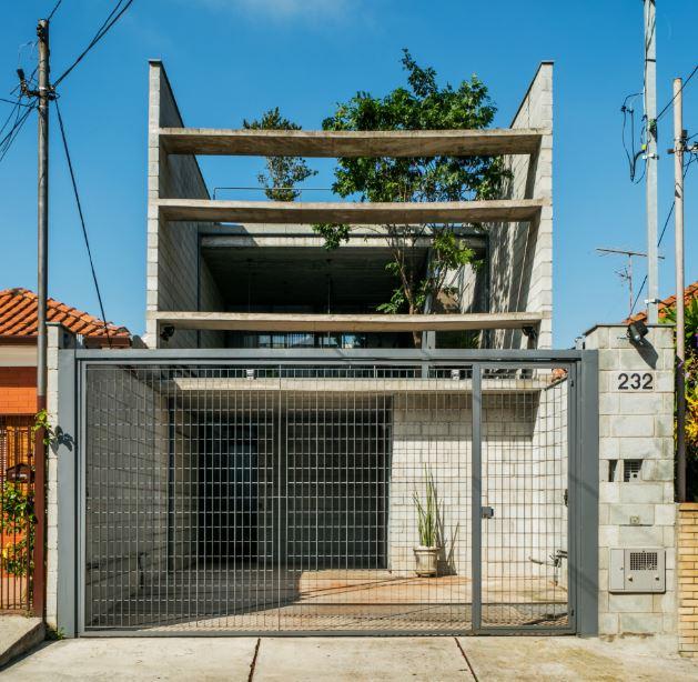 Casa de dos pisos con ladrillo de concreto