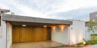 Fachada principal de la moderna casa de un piso