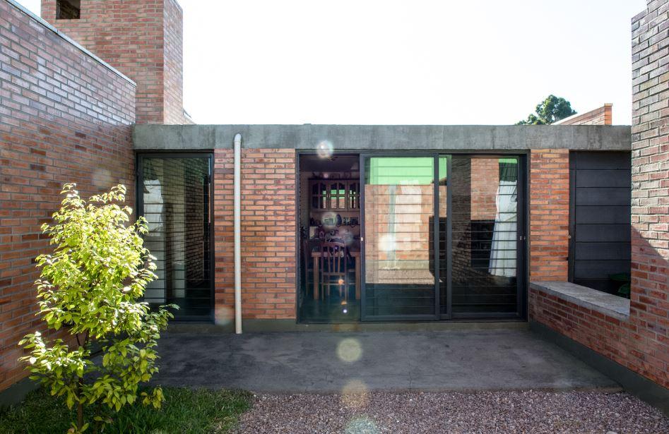 Hermosa fachada de ladrillo y concreto