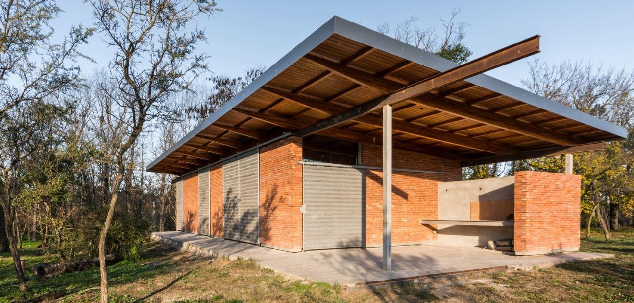 Dise o de peque a y econ mica casa de un piso construida for Construccion de piscinas con ladrillos