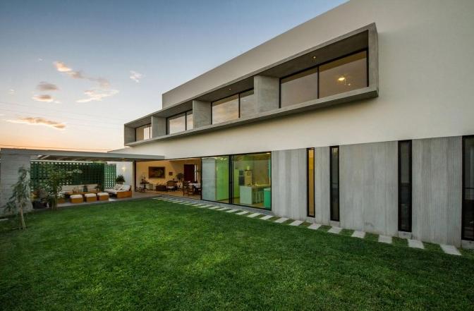 Moderna casa de dos pisos y cuatro dormitorios originales for Colores para fachadas de casas 2016