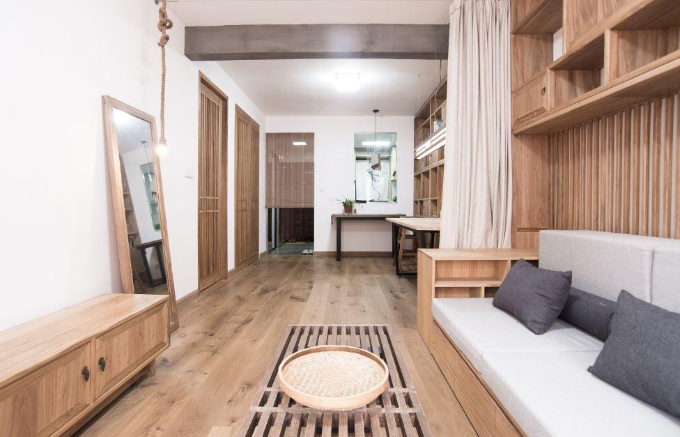 Moderna sala con aplicaciones de madera