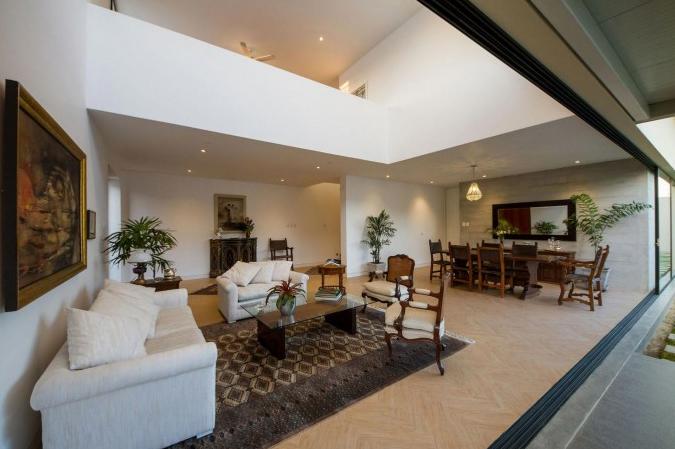 Moderna sala con doble altura planos de arquitectura Acabados interiores de casas modernas