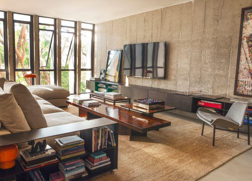 Moderna sala con muros de concreto expuesto