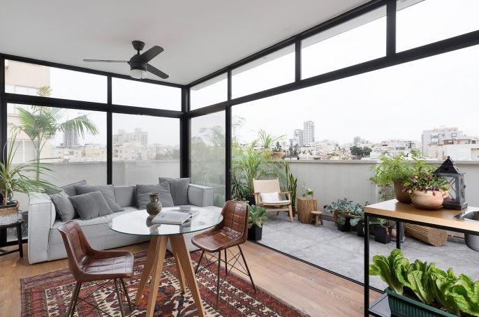 Moderno y amplio estar con terraza