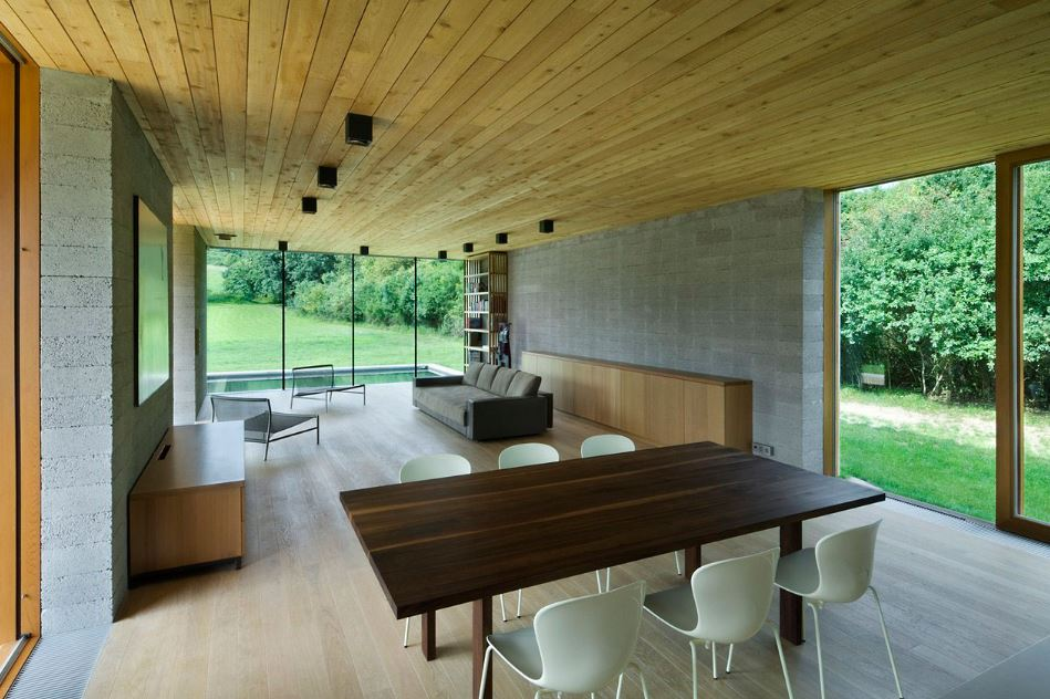 Moderno interior con aplicaciones de madera