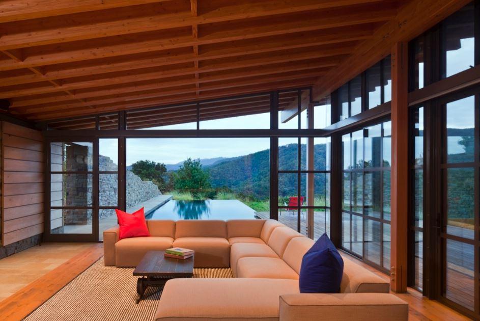 Moderno interior con detalle de madera