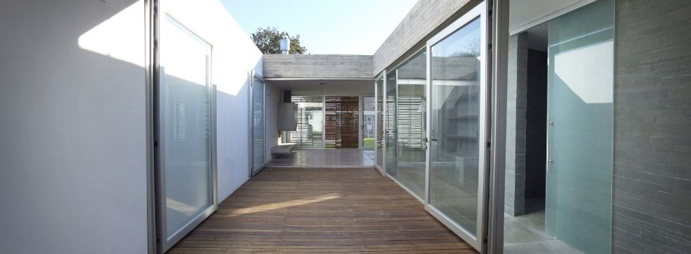 Moderno interior con patio central
