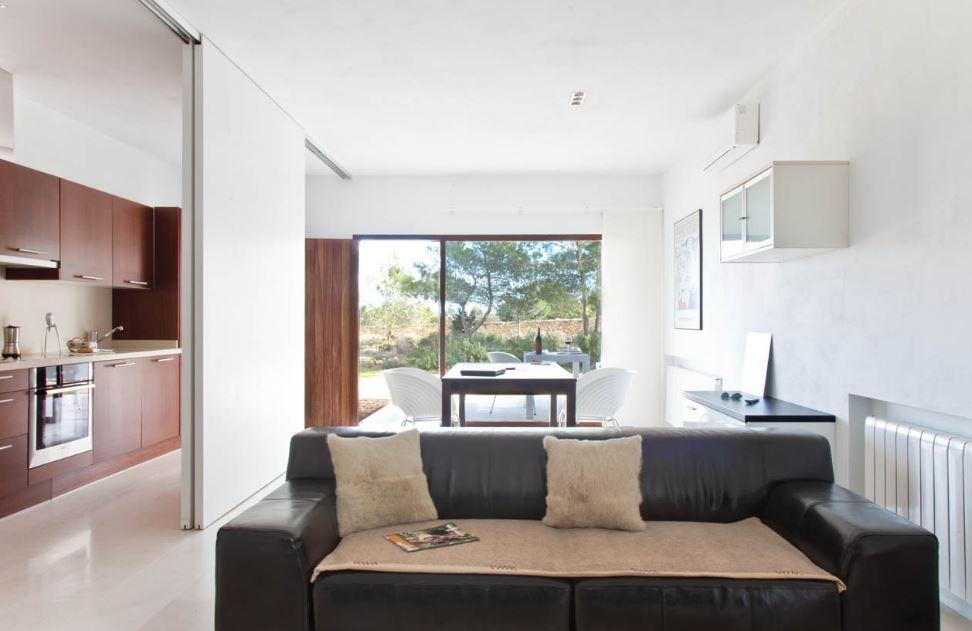 Dise o de peque a casa de un piso construida en un rea de for Diseno de interiores de casas pequenas fotos