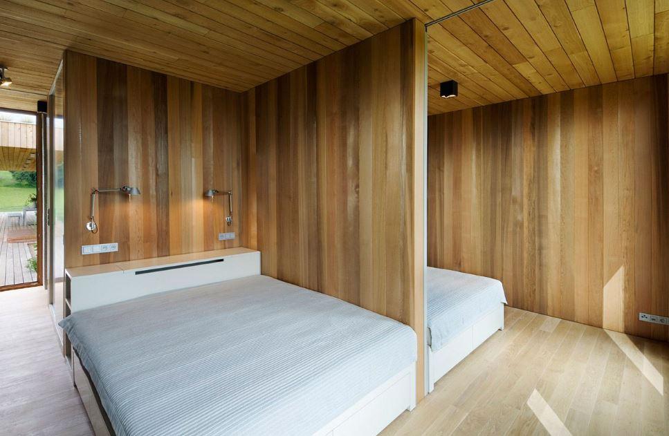 Casa de un piso y dos dormitorios presenta modernos exteriores e interiores de madera planos - Paredes en madera ...