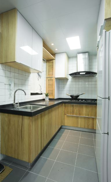 Pequeña cocina en color blanco con detalle de madera