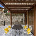 Amplia y colorida terraza