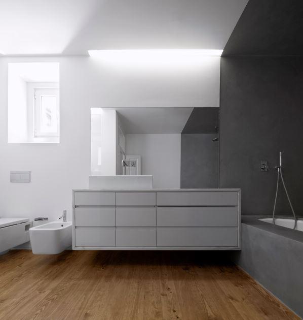 Amplio y moderno cuarto de baño