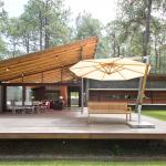Casa de campo con estructura de madera y piedra