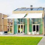 Casa de dos pisos con diseño sostenible