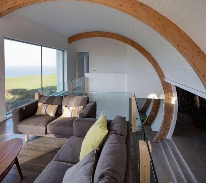 Confortables interiores de casa de dos pisos