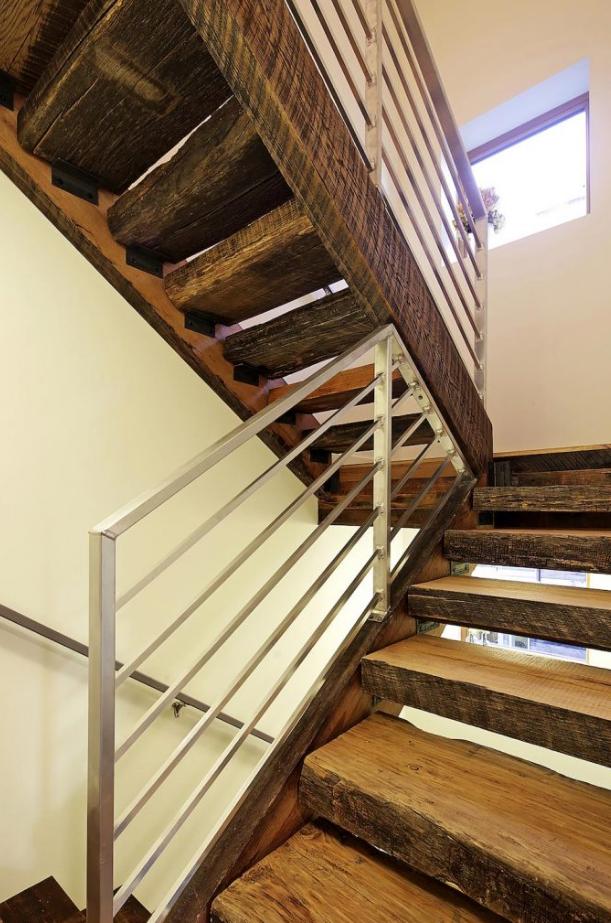 Dise o de peque a casa de tres pisos fachada con l minas de madera reciclada planos de - Escaleras de madera rusticas ...