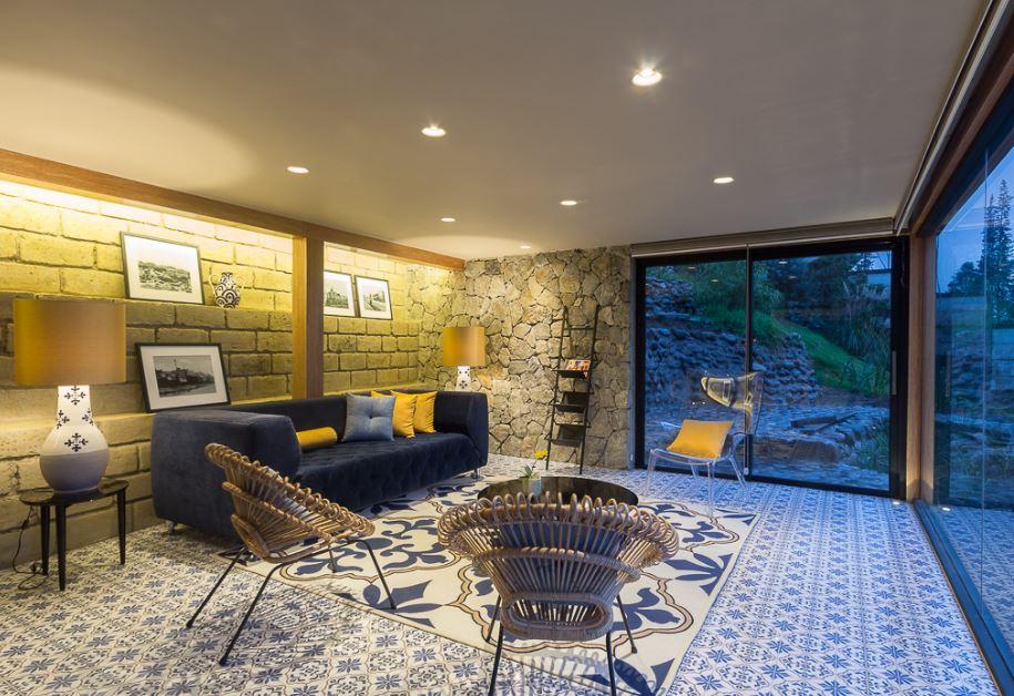 Dise o de moderna casa de campo presenta exteriores en for Disenos de salas modernas 2016